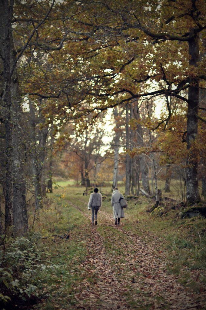 olivia-och-filippa-promenerar